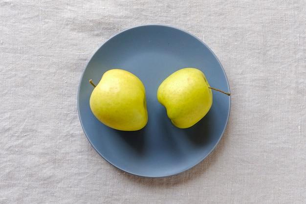 Duas maçãs douradas saudáveis frescas com formas feias
