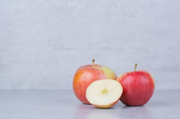 Duas maçãs inteiras com fatias em fundo branco. foto de alta qualidade