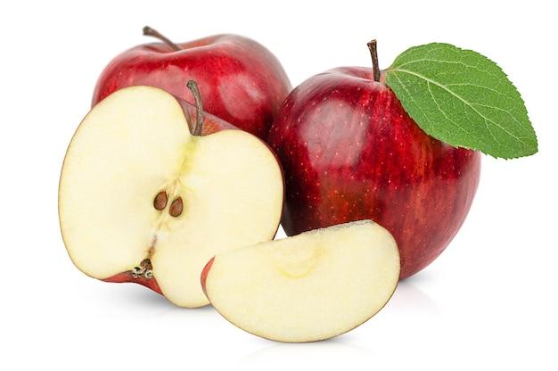 Duas maçãs inteiras, uma metade e uma fatia em um fundo branco isolado
