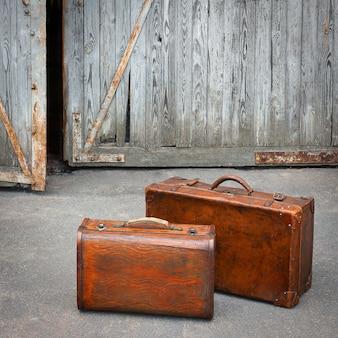 Duas malas de viagem estão perto de uma garagem
