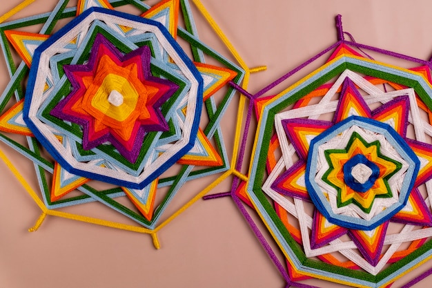 Duas mandalas feitas de fios coloridos