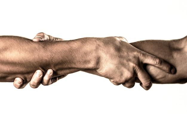 Duas mãos, ajudando o braço de um amigo, trabalho em equipe. conceito de mão amiga e dia internacional da paz, apoio. resgate, gesto de ajuda ou mãos.