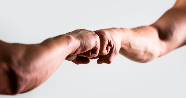 Duas mãos, braço isolado. mãos de homem pessoas punho bump equipe trabalho em equipe, sucesso. homem dando um soco no chão. aperto de mão amigável, amigos cumprimentando.