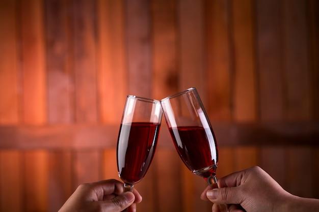 Duas mãos cheers de vinho