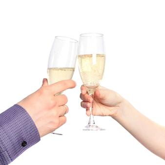 Duas mãos com copos de champanhe. namoro