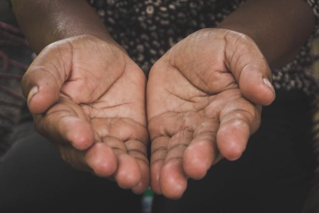 Duas mãos do velho gesto de palma da mão aberta