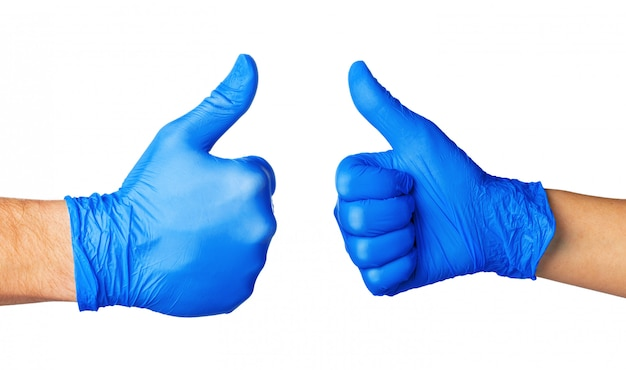 Duas mãos em luvas azuis isoladas no branco com o polegar para cima, close-up