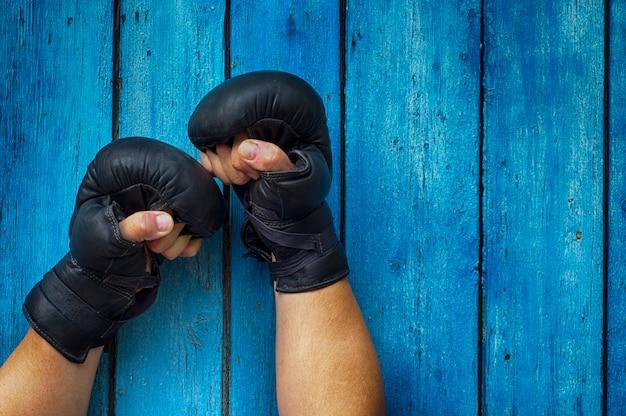 Duas mãos em luvas de boxe
