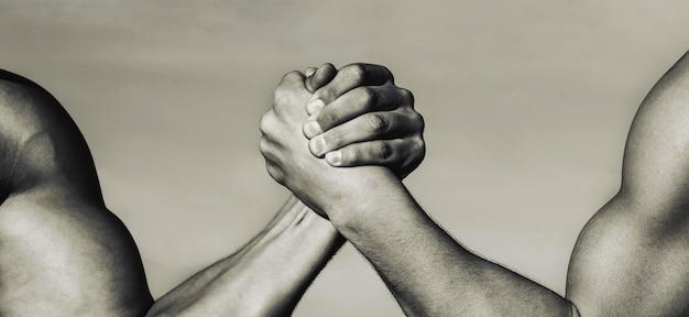 Duas mãos musculosas conceito de rivalidade mão rivalidade vs comparação força desafio mão de homem Foto Premium