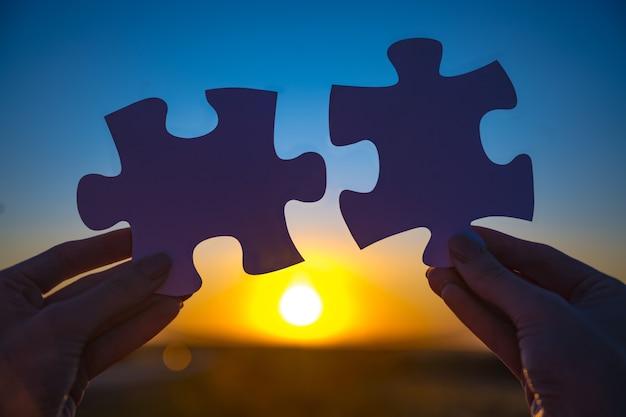 Duas mãos para conectar o quebra-cabeça do casal