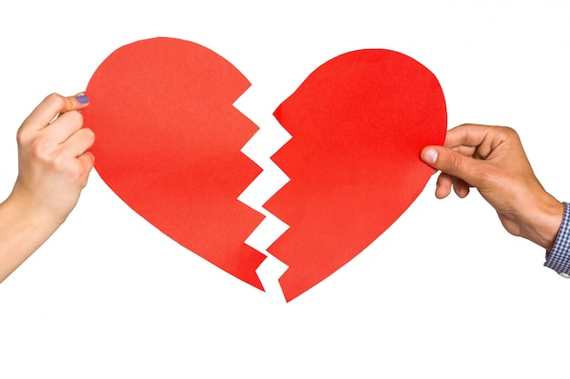 Duas mãos segurando coração partido