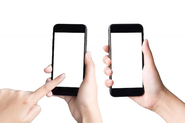 Duas mãos segurando e jogando telefones inteligentes em branco com traçado de recorte