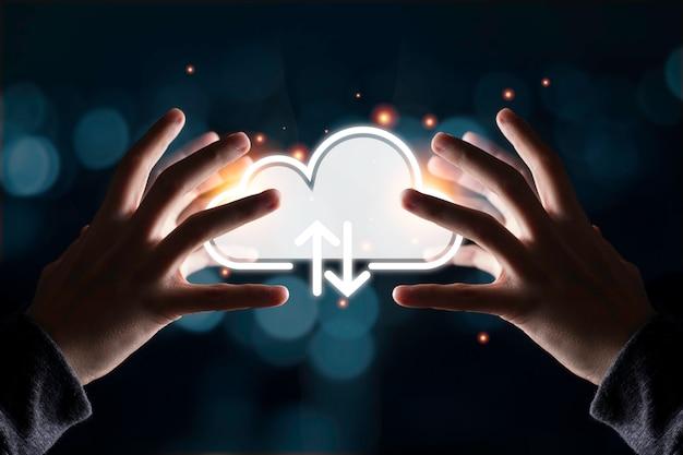 Duas mãos tentam tocar ilustração do computador em nuvem para baixar e fazer upload de informações sobre tecnologia.