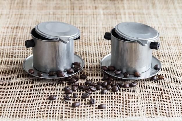 Duas máquinas de café no placemat.