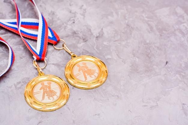 Duas medalhas em uma fita em um fundo cinza