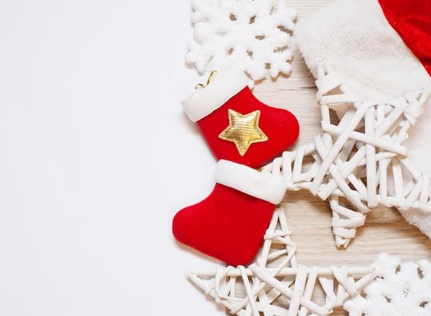 Duas meias de natal com estrelas de madeira e copyspace