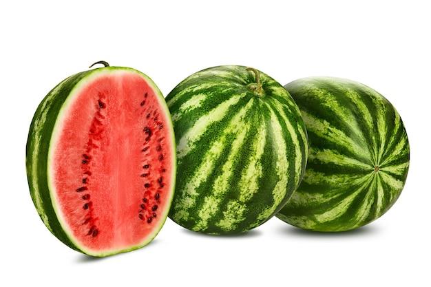 Duas melancias listradas verdes isoladas no branco com espaço de cópia para imagens de texto seção transversal baga w ...