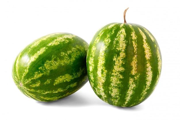 Duas melancias orgânicas frescas isoladas no branco.