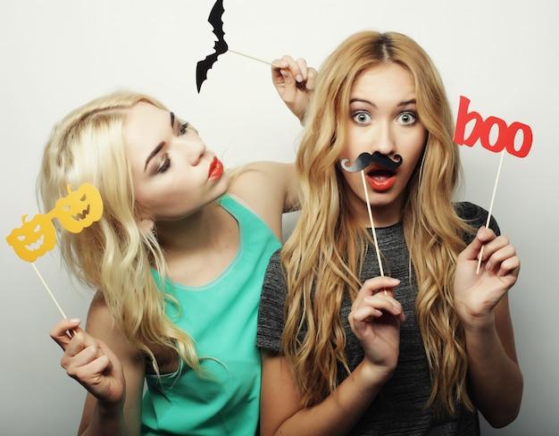 Duas meninas à moda do adolescente prontas para a festa