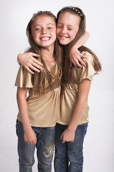 Duas meninas, abraçando, um ao outro