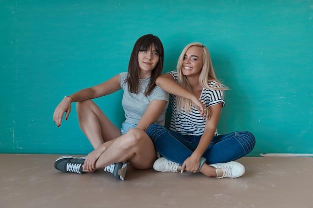 Duas meninas alegres apreciam a companhia um do outro