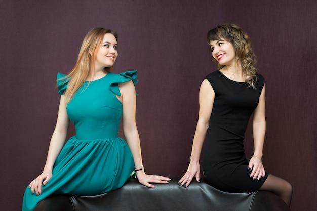 Duas meninas atraentes no sofá.