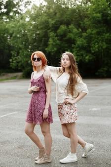 Duas meninas atraentes toung posando
