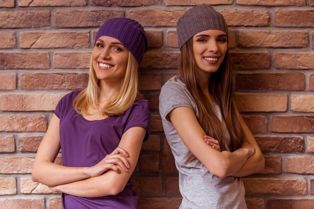 Duas meninas bonitas estão sorrindo.