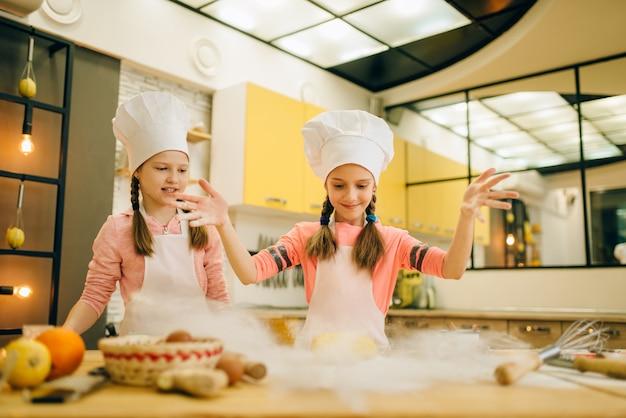 Duas meninas chefs prepararam massa