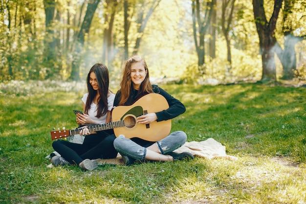 Duas meninas, com, um, guitarra