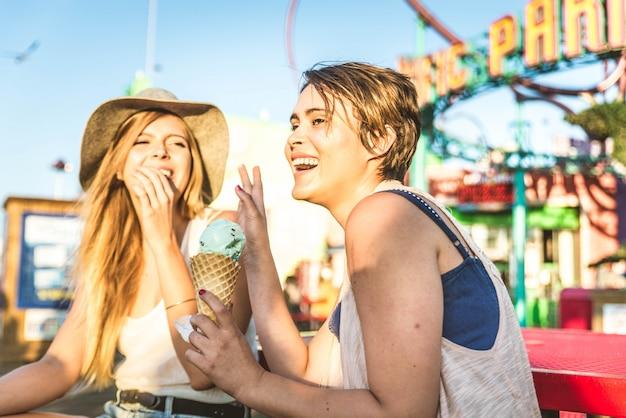 Duas meninas, comendo sorvete