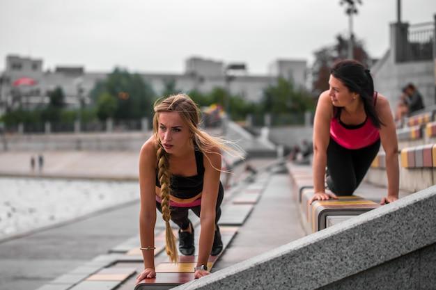 Duas meninas desportivas trabalhando juntos