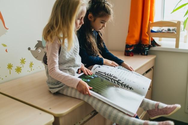 Duas meninas e livro