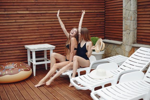 Duas meninas elegantes e elegantes em um resort
