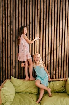 Duas meninas elegantes modelos posando