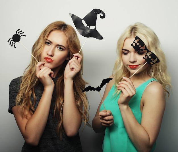 Duas meninas elegantes prontas para festa
