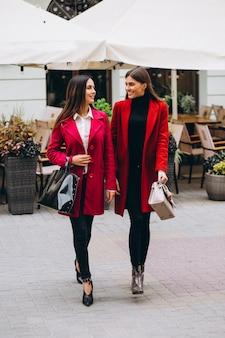 Duas meninas em modelos de casacos vermelhos