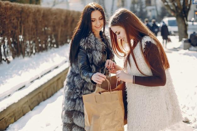 Duas meninas em uma cidade
