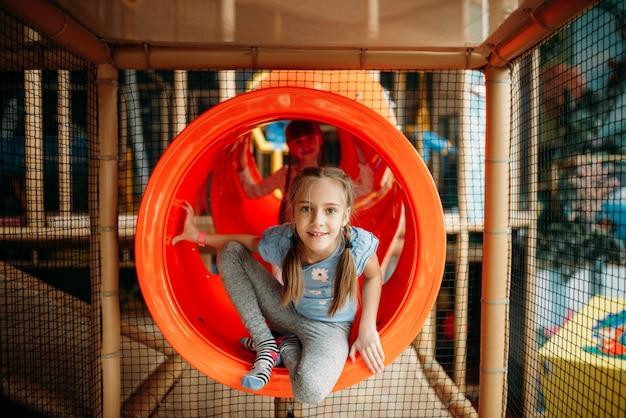 Duas meninas escalando o labirinto, centro de jogos infantis