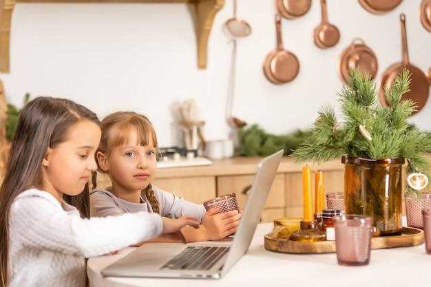Duas meninas estudando online. conceito de ensino à distância online, e-learning