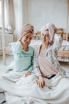Duas meninas fazem máscaras caseiras de beleza para o rosto e cabelo