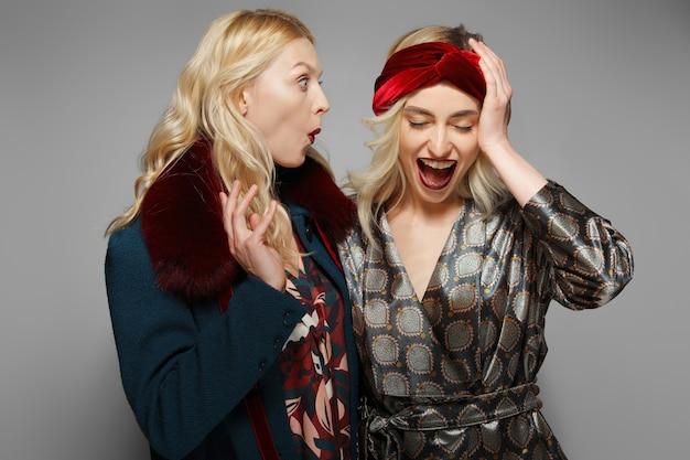 Duas meninas felizes se contorcendo emocionalmente. expressando as emoções.