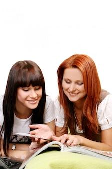 Duas meninas jovens e bonitas no quarto