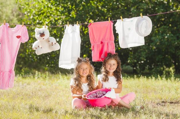 Duas meninas lavando. irmãs fazendo trabalhos domésticos