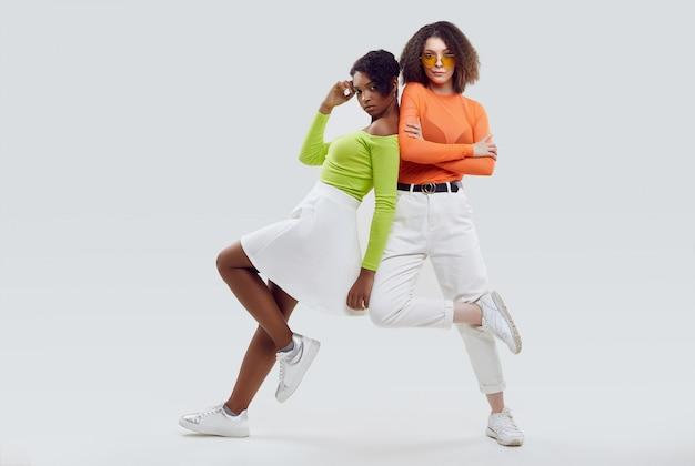 Duas meninas lindas em roupas de verão colorido