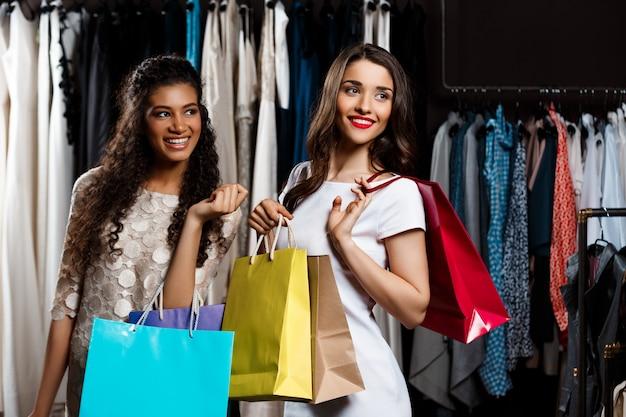Duas meninas lindas fazendo compras no shopping.