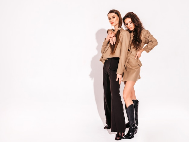 Duas meninas morenas lindas em roupas da moda verão agradável