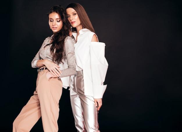 Duas meninas morenas lindas em roupas de verão na moda agradável