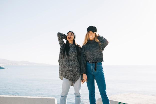 Duas meninas na frente do mar