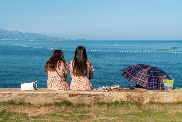 Duas meninas, observar, mar, durante, seu, viagens
